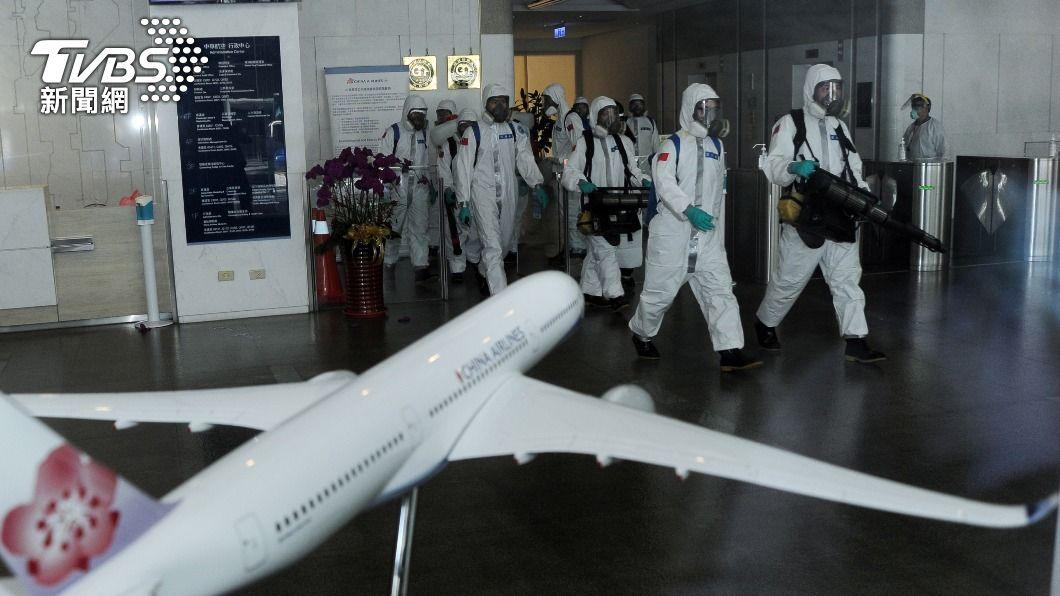 圖為日前化學兵在華航園區消毒。(圖/中央社) 蘇貞昌再開防疫會議 拍板「清零計畫2.0」
