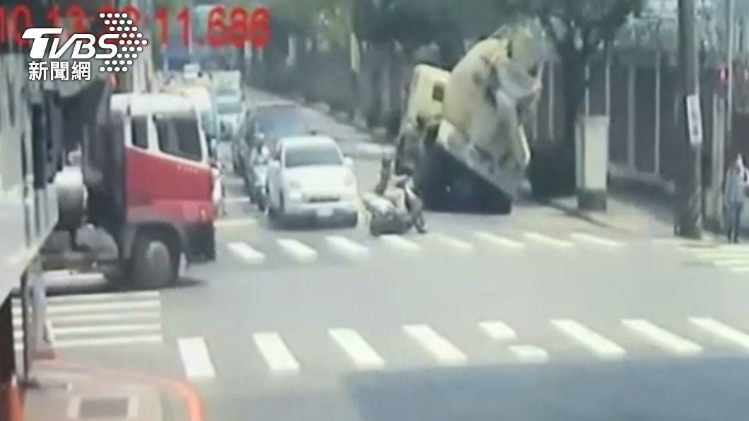 水泥預拌車左彎翻覆。(圖/TVBS) 疑似轉彎重心不穩!水泥預拌車側翻覆 壓毀電桿、路樹