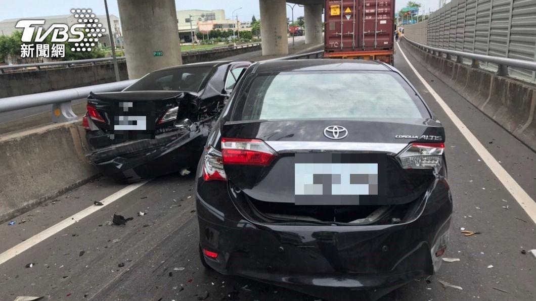 (圖/中央社) 西濱清水段3車追撞車禍 肇事男子竟棄車離去