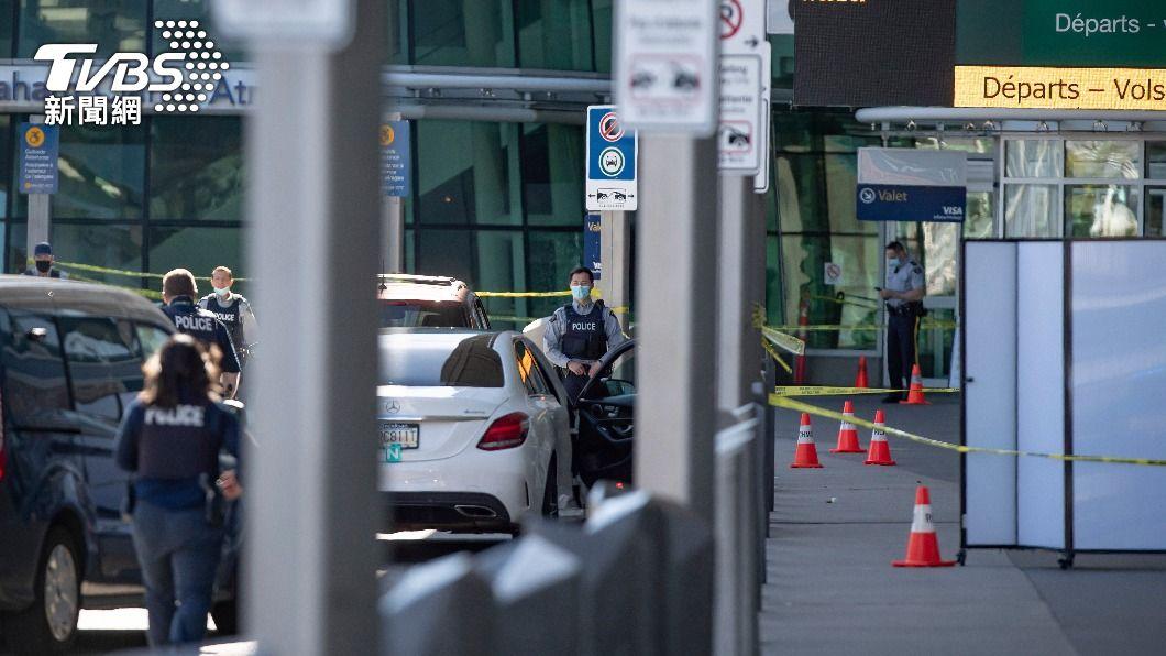 警方在案發後封鎖現場,管制進出人員。(圖/達志影像美聯社) 溫哥華機場槍擊釀1人死亡 2名凶嫌仍在逃