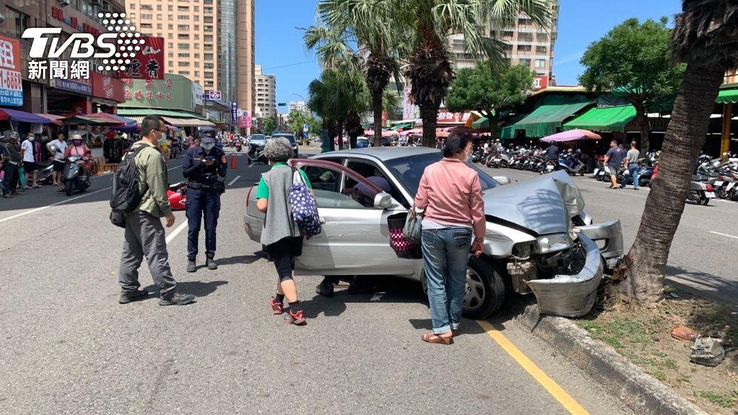 鳳山老翁無照上路。(圖/TVBS) 駕照遭吊銷仍上路 8旬老翁油門誤當煞車連撞釀3傷