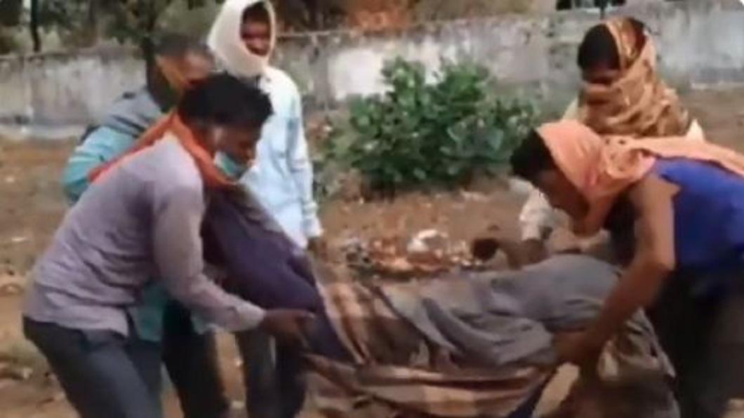 印度一名人父因家中沒錢叫救護車,只好扛著愛女遺體到醫院驗屍。(圖/翻攝自推特) 女兒過世沒錢叫救護車 父「扛屍7小時」走35公里求醫