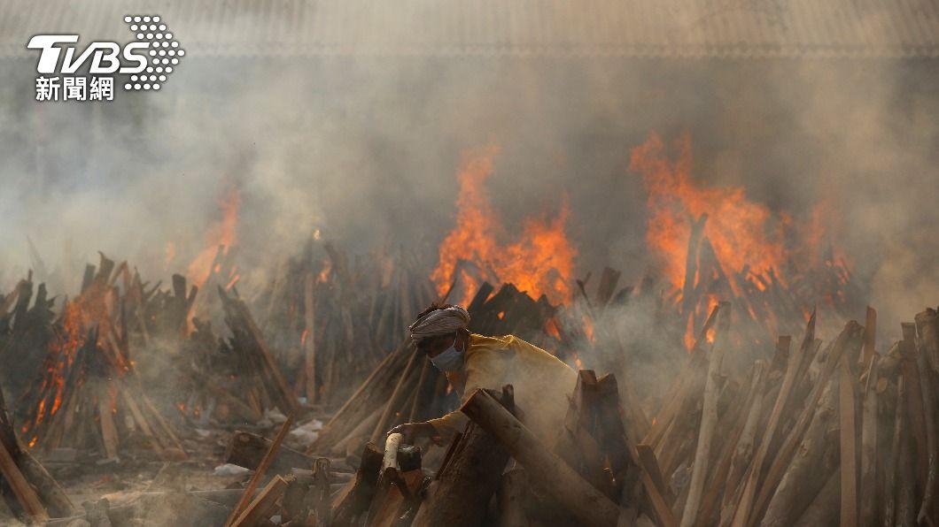 印度死亡人數持續飆高,火葬場每天都有大量待火化遺體。(圖/達志影像路透社) 不只要防新冠肺炎 印度「白黴菌病毒」肆虐 患者恐失明