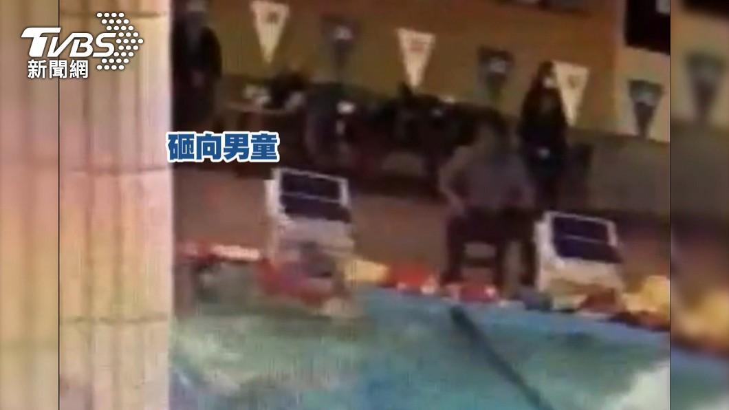 游泳教練控偷懶狠砸浮板 險害小四童失明