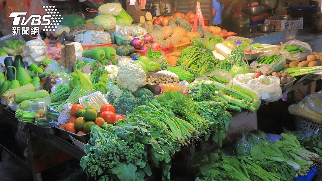 許多民眾平日都會上菜市場買菜。(示意圖/shutterstock 達志影像) 幫擺攤兩女硬殺價被拒回嗆 國小兒沮喪問爸:算錯了嗎?