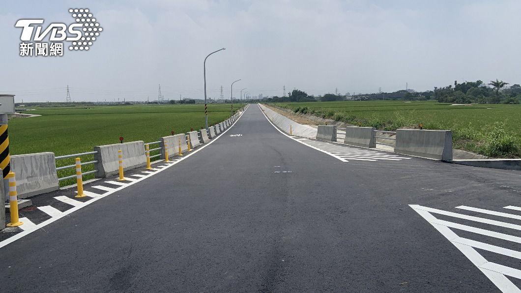 新營區道路拓寬工程完工,全線開放通車。(圖/中央社) 台南新營南76線道路拓寬 提前完工通車
