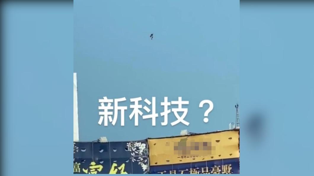台中北屯區空中出現民眾身穿噴射背包飛行。(圖/翻攝自@six_lin666抖音) 台中鬧區驚見「噴射鋼鐵人」 飛行畫面曝光民眾驚呼