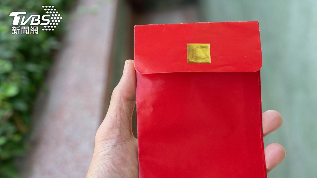 在民俗傳統中,撿到紅包需要冥婚。(示意圖/shutterstock達志影像) 撿冥婚紅包「丟功德箱」求神化解 命理師揭經歷:會生病