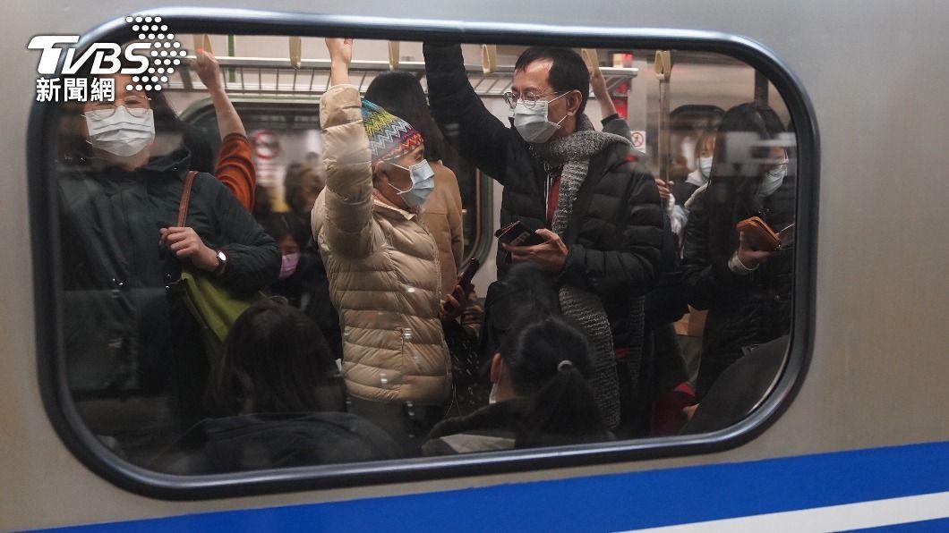 大眾運輸禁止飲食。(圖/中央社) 防疫升級!暫停大型活動 大眾運輸禁止飲食