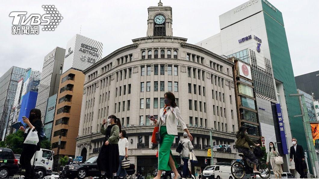日本民眾戴口罩逛街。(圖/達志影像美聯社) 入境日本每天約300人未依規定隔離 無罰則難管理