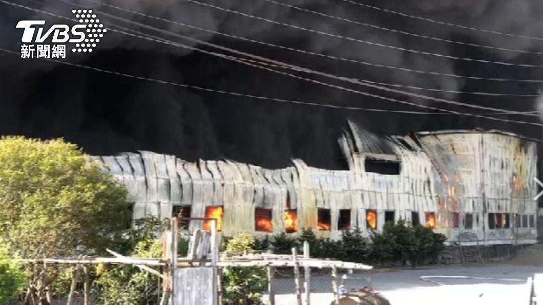 彰化保麗龍工廠大火。(圖/TVBS) 保麗龍工廠被大火吞噬!爆炸黑煙竄天 廠長遭嗆傷送醫