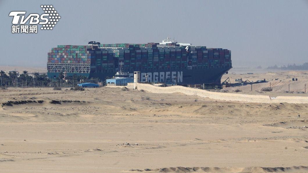 長賜輪3月在蘇伊士運河擱淺。(圖/達志影像路透社) 長賜輪卡蘇伊士運河賠償沒共識 埃及降至169億元
