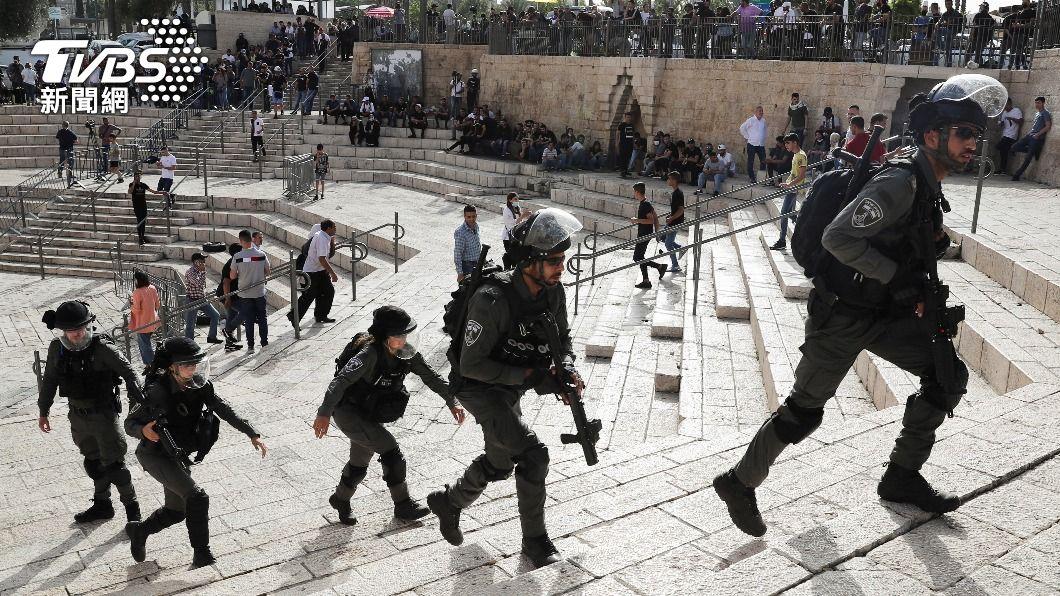 以色列警與巴勒斯坦人發生衝突。(圖/達志影像路透社) 東耶路撒冷以巴警民衝突 巴勒斯坦傷者擠滿醫院