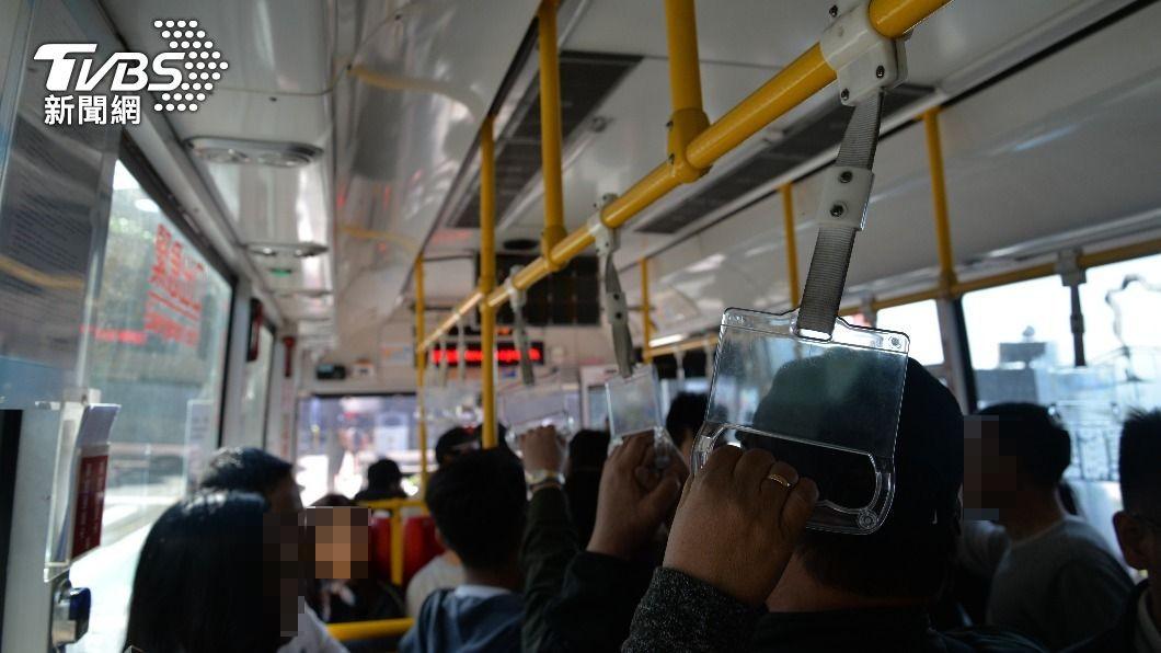 有網友分享日前搭乘公車時遇到的趣事。(示意圖/shutterstock 達志影像) 肉麻情侶公車放閃 下秒司機急煞「鏘」一聲結局超爆笑