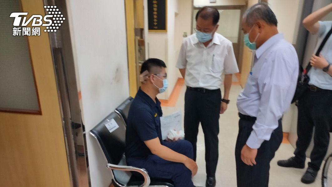 圖/TVBS資料畫面 持鐵鎚偷襲交警頭部濺血 惡煞騎車鑽巷逃