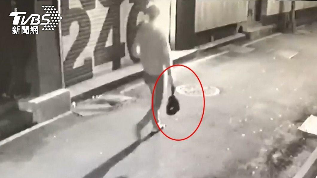 男子將連著臍帶女嬰塞入黑色塑膠袋裡。(圖/TVBS) 2年前赴台涉「廚餘桶棄嬰屍」 新加坡情侶遭星警逮捕
