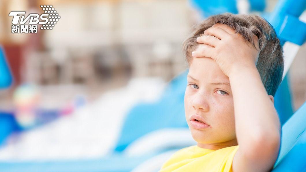 夏天連日高溫,導致中暑事件頻傳。(示意圖/shutterstock達志影像) 待在室內也會中暑?醫授這招有效散熱、保命又救人