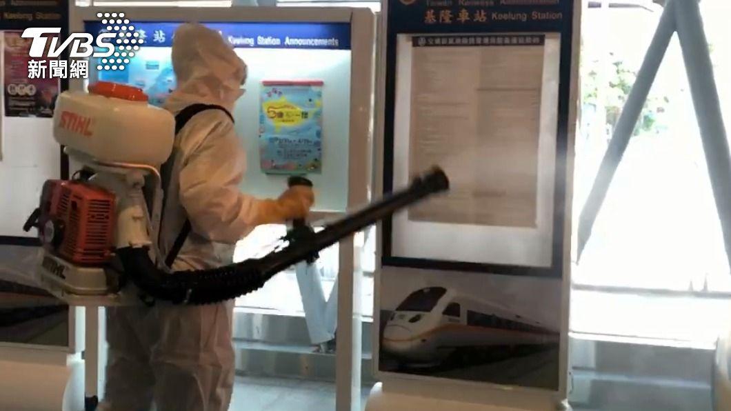 基隆火車站預防消毒。(圖/TVBS) 疫情擴大延燒? 基隆環保局赴火車站預防性消毒