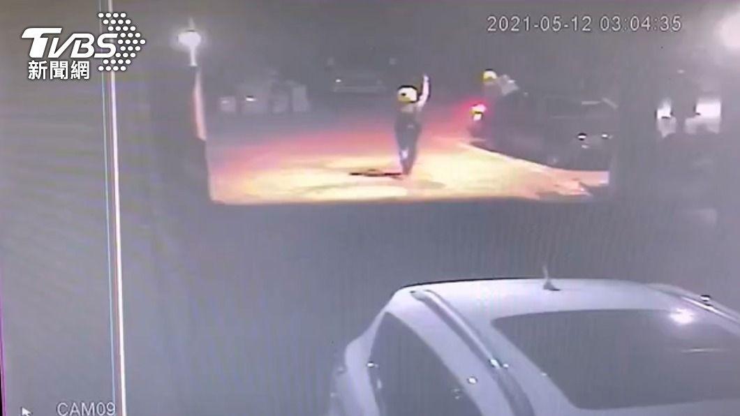 員警被犯嫌載走摔車受傷。(圖/TVBS) 好危險!通緝犯騎機車載2歲女出門 遇警攔查竟爆衝自摔