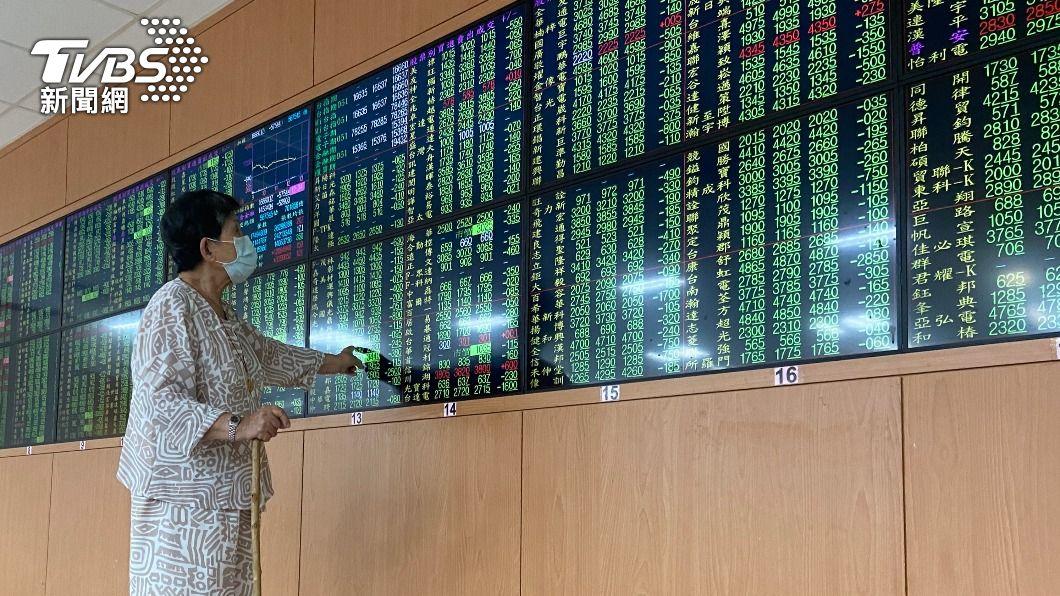 (圖/中央社) 賣壓全面出籠 台股重挫逾490點摜破16100點