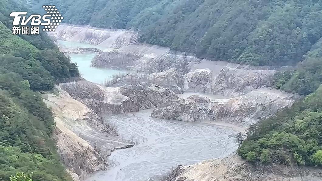 德基水庫河床全都裸露出來。(圖/TVBS資料畫面) 上半年乾旱原因曝! 專家一篇釋疑「4大缺水傳言」