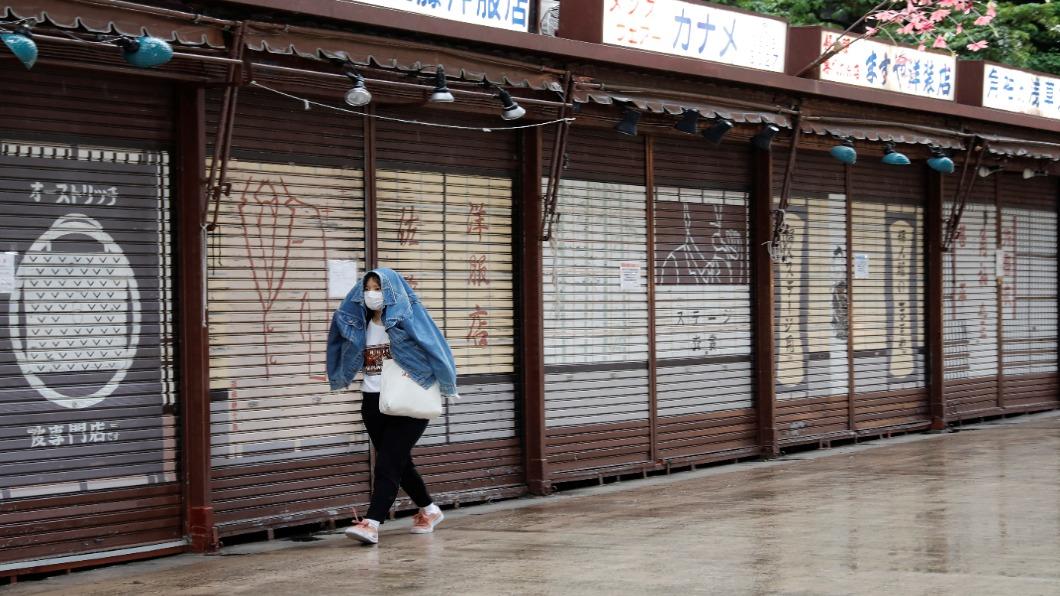 圖/達志影像路透 東京槓中央政府 雙標政策惹民舉牌抗議