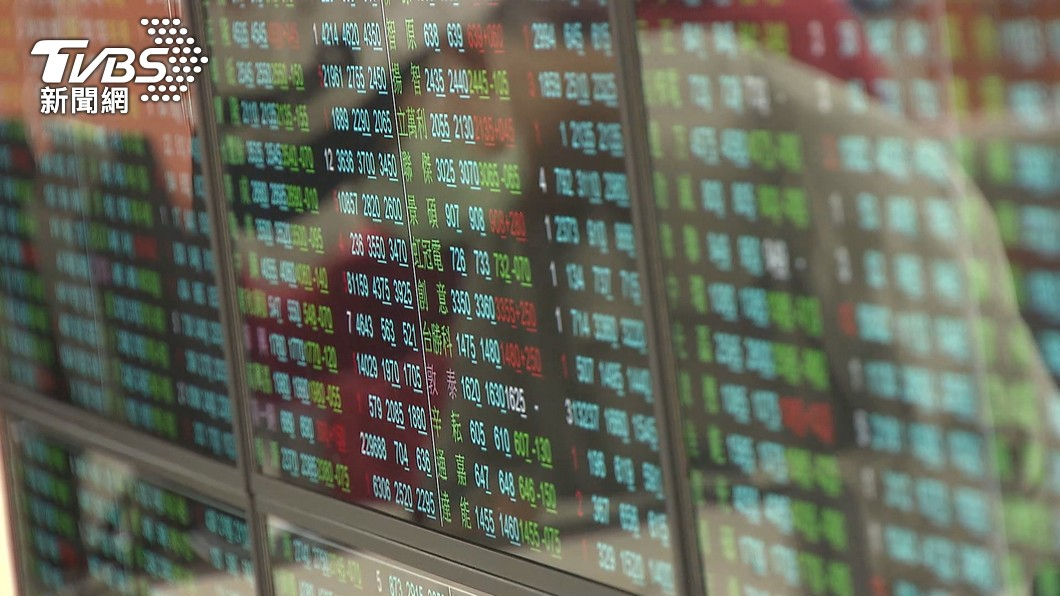 (圖/TVBS) 本土疫情嚴峻 台股早盤重挫逾500點跌破半年線
