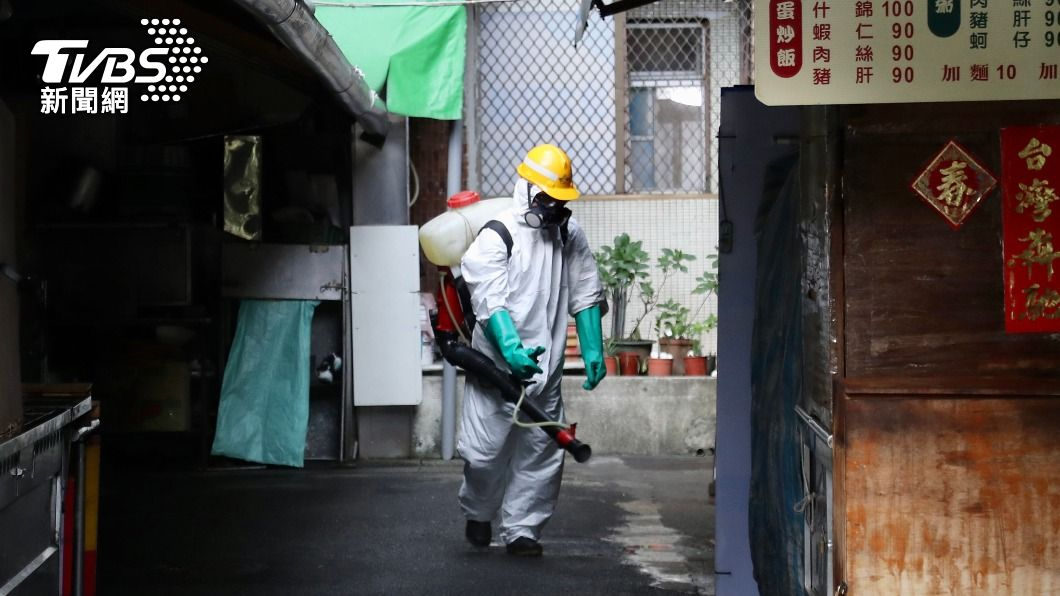 有確診者工作地點在萬華區茶藝館,環保局人員展開大消毒。(圖/中央社) 萬華阿公店2女確診 北市府認:疫調困難