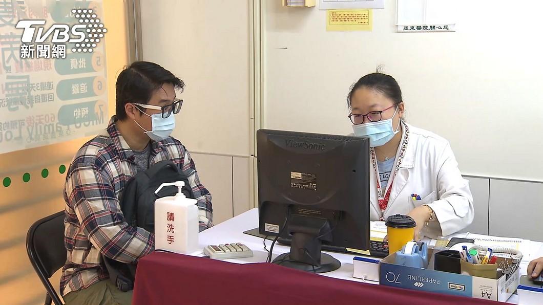 台灣本土疫情高升,讓台灣人接種疫苗的意願也爆增。(圖/TVBS資料畫面) 醫院喊自費疫苗不夠 已12萬人接種AZ創新高