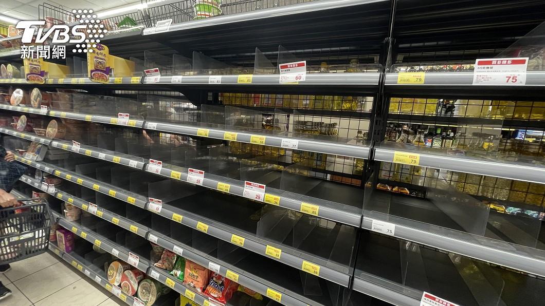 泡麵貨架被搶購一空。(圖/TVBS) 怕封城搶物資!超市泡麵罐頭被掃空 結帳繞店排成ㄇ字型