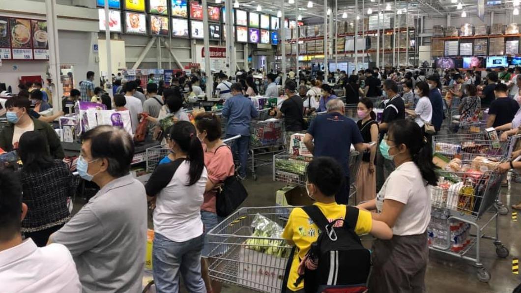 好市多中和店出現大量民眾搶物資。(圖/翻攝自「Costco好市多 商品經驗老實說」) 中和好市多湧人潮「狂搶衛生紙」 網看傻:腸胃炎爆發?