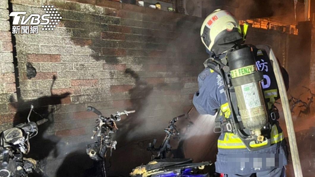 台中市發生火警,燒毀20輛汽機車,消防局趕到現場撲滅火勢。(圖/中央社) 台中深夜20輛汽機車燒毀 警不排除縱火案