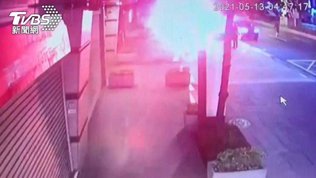 黑衣人當街丟信號彈。(圖/TVBS) 嚇壞!中和8黑衣人凌晨聚集路邊 丟信號彈又開槍