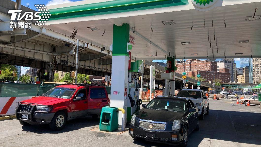 美國民眾搶購汽油。(圖/達志影像美聯社) 美輸油管線停擺6天開始恢復運作 民眾恐慌購油