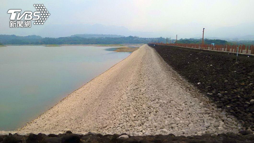 仁義潭水庫平常在水位下的堤壩白色鵝卵石大面積露出。(圖/中央社) 仁義潭蓄水率跌破2成 水公司:嘉義正常供水