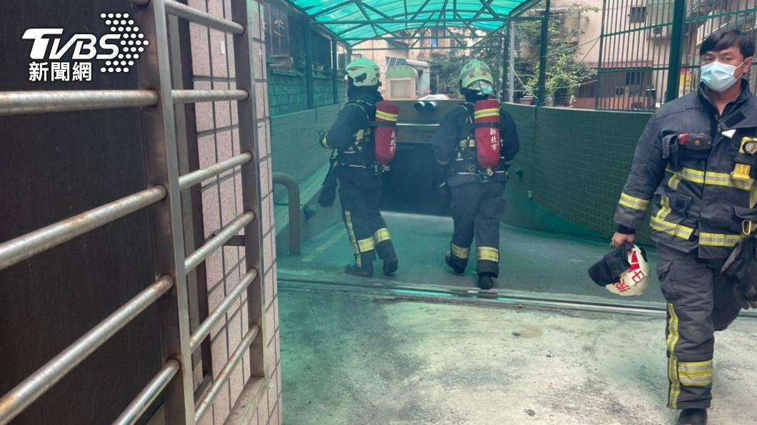 停電造成發電機冒煙。(圖/TVBS) 全台大停電 內政部成立指揮所助民眾脫困