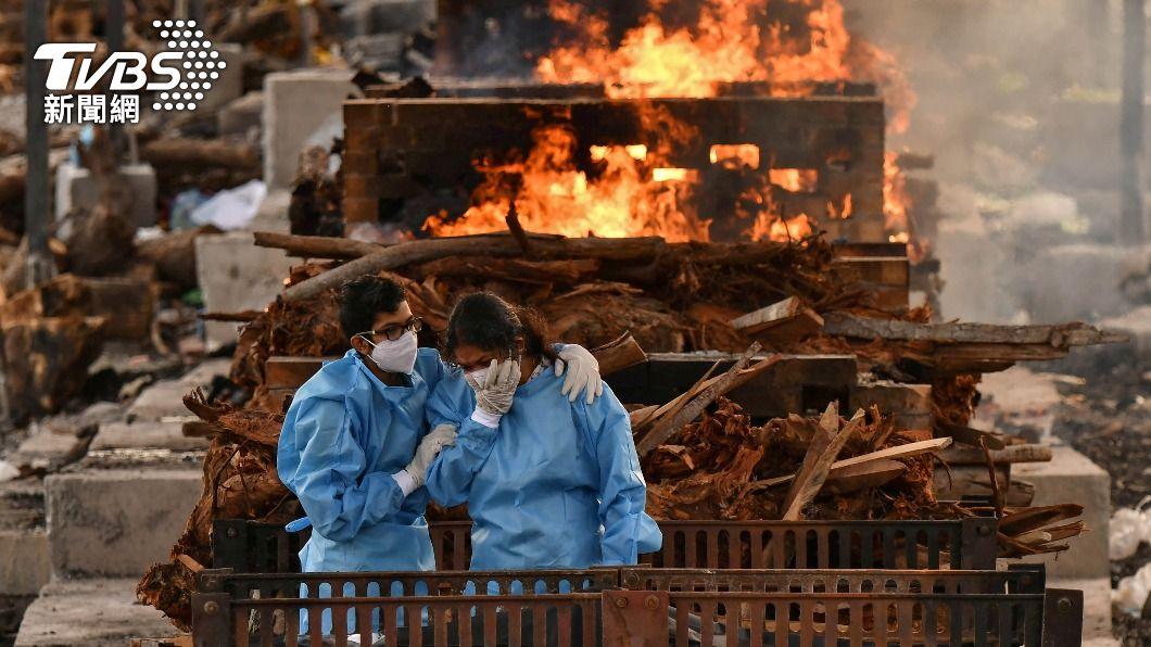 印度死亡人數已接連2天突破4000,身著防護衣的家屬在火葬場悲慟不已。(圖/達志影像路透社) 印度確診稍降 東南亞疫情再起 機場、監獄都爆群聚感染