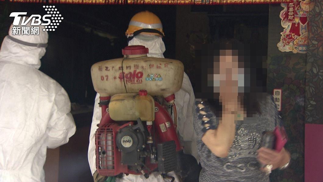 昨日指揮中心公布足跡後,已派人到萬華附近店家消毒。(圖/TVBS) 和平醫院染疫 萬華茶室闆娘「泌尿道問題」確診才吐實情