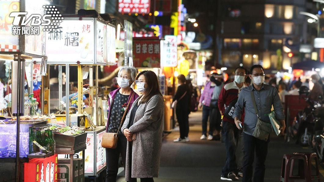 高雄將對夜市進行消毒。(圖/中央社) 高雄加強防疫 市場及夜市進行250場噴藥消毒