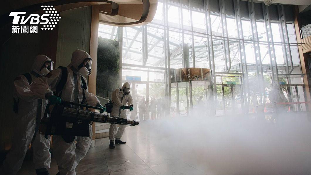 化學兵於諾富特飯店進行消毒作業。(圖/中央社) 化學兵助抗疫 全面消毒華航園區諾富特飯店