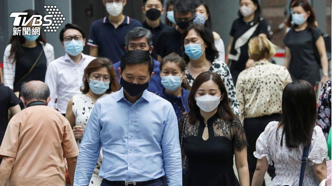新加坡民眾出入公共場合戴口罩防疫。(圖/達志影像路透社) 新加坡本土疫情升溫 香港旅遊泡泡恐再延期