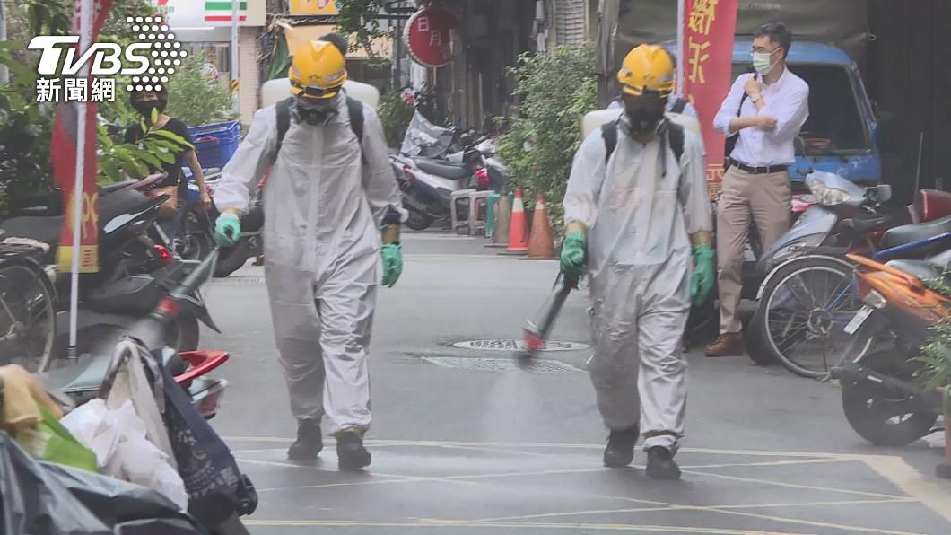 台灣社區感染多點爆發,各縣市陸續進行消毒。(圖/TVBS) 本土大量暴增「不用意外」 醫揭關鍵原因:確實鬆懈了