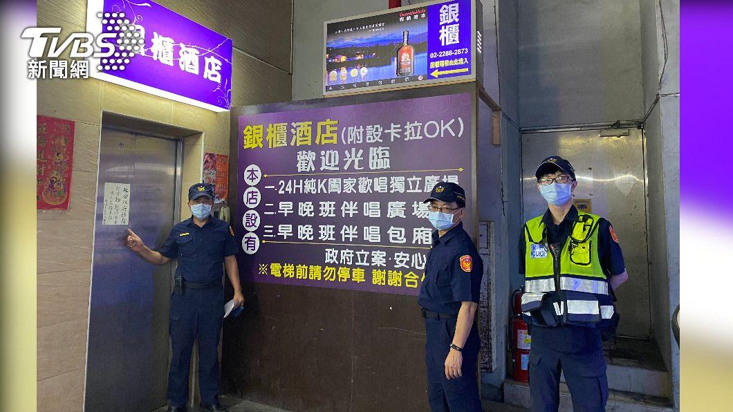 蘆洲警分局徹夜稽查八大行業。(圖/TVBS) 按摩師採檢全陰性 蘆洲警動員28人徹夜複查八大行業