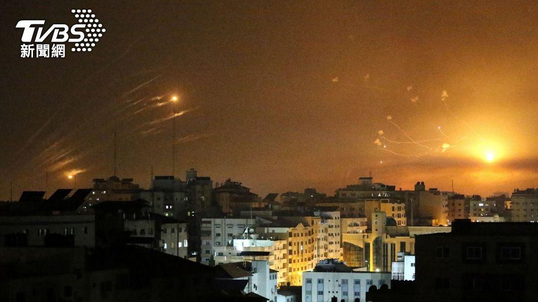 加薩走廊戰火連天,巴勒斯坦哈瑪斯對以色列發射多枚火箭砲。(圖/達志影像路透社) 以巴衝突!哈瑪斯控以色列把媒體當工具 用假資訊設陷阱