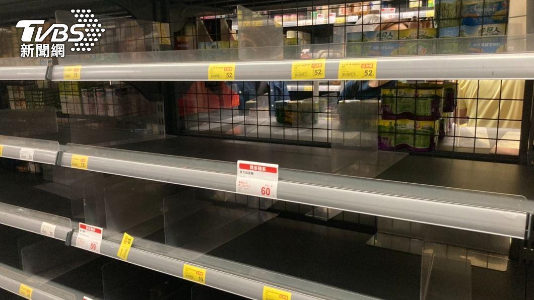賣場貨架上的泡麵及罐頭全被民眾掃空。(圖/TVBS) 雙北3級警戒!民眾瘋搶物資 家樂福等賣場祭限購令