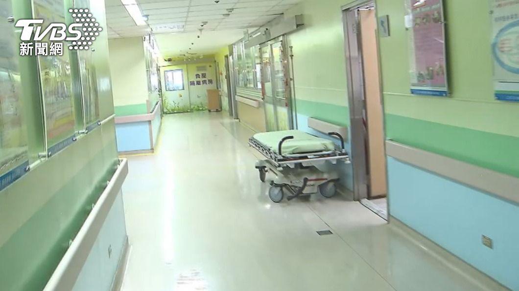 國內疫情升溫,外界憂醫療量能不足。(示意圖/TVBS) 防醫療量能不足 確診10天沒發燒擬送檢疫所隔離