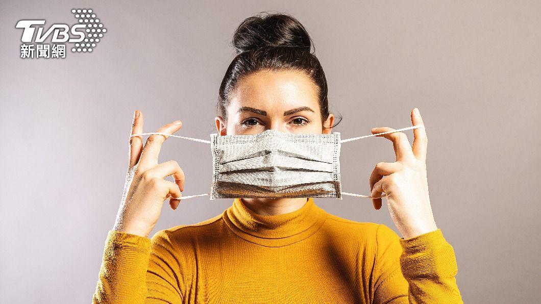 美國醫師呼籲台灣民眾調整日常口罩佩戴方式。(示意圖/shutterstock達志影像) 本土疫情增!美醫師稱台灣防疫資訊停滯 建議戴雙層口罩
