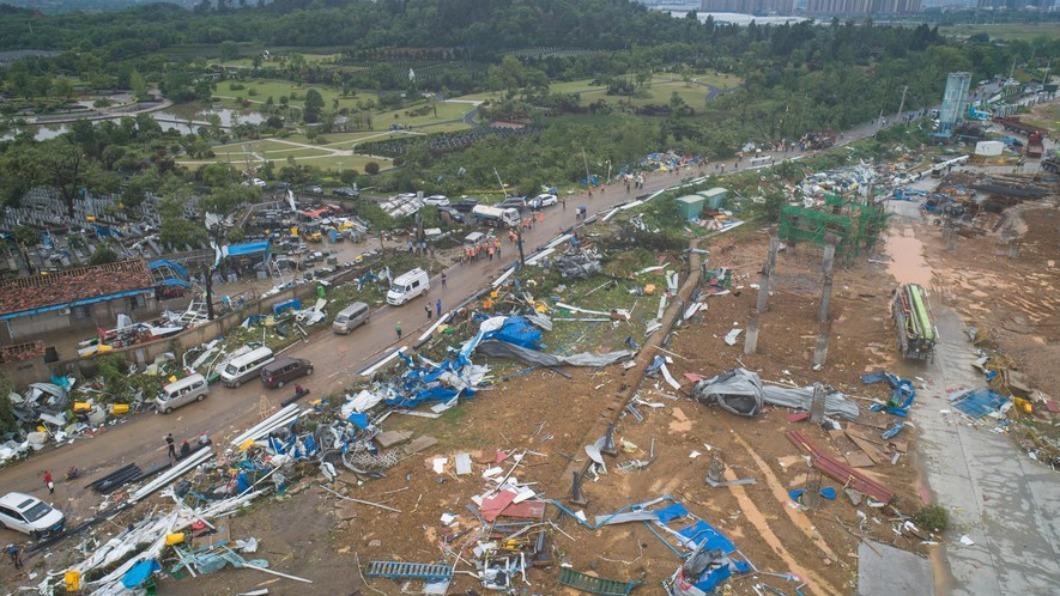 強烈風暴突襲大陸,造成當地有多處毀損。(圖/截取自China Xinhua News推特@XHNews) 極端氣候降臨 龍捲風突襲武漢 釀10死逾300人傷