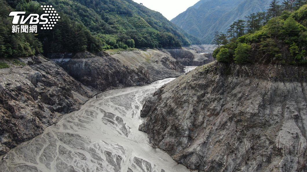 德基水庫蓄水率剩2.4%。(圖/中央社) 德基水庫水位跌破1325公尺 持續放水
