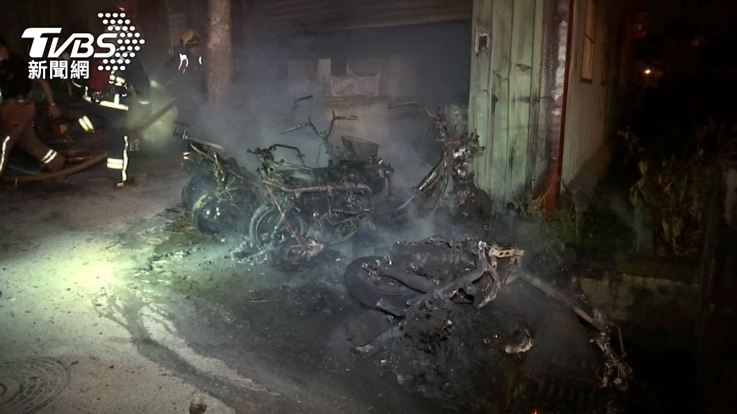 火警共影響16輛機車。(圖/TVBS) 暗夜機車起火!4車全毀12車半毀 警消急滅火救4民眾